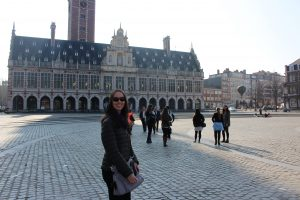 Mariah Schaefer in front of the KU Leuven Library