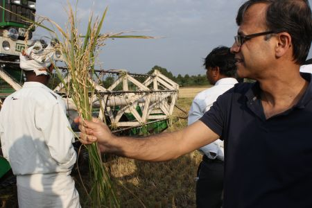 Professor Palekar shows students postharvest losses of paddy that occur during harvest. Credit: ADM Institute/Kari Wozniak