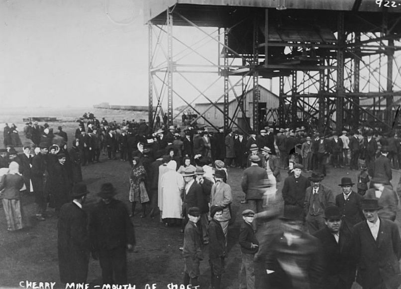 Crowd at the mouth of the Cherry mine shaft